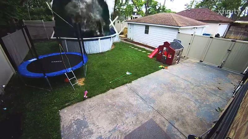 Video viral: una camioneta se estrelló contra el jardín de una casa y arrasó con una piscina