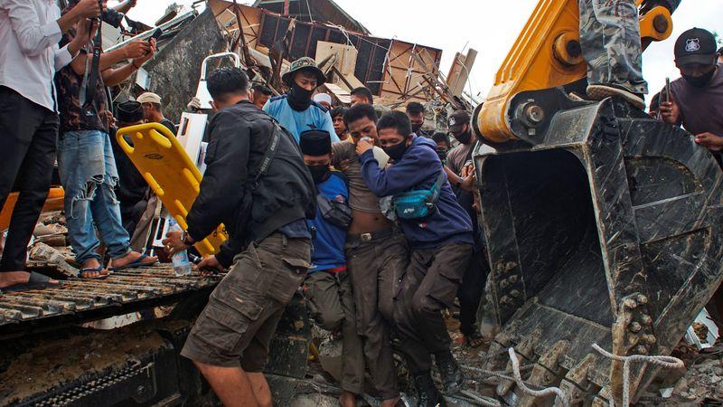 Imágenes impactantes: un potente terremoto golpeó a Indonesia y hay más de 30 muertos y cientos de desaparecidos