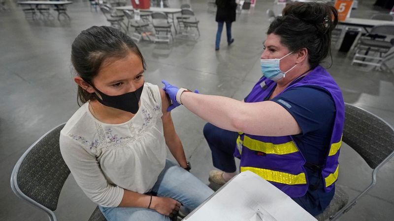 España quiere vacunar con Pfizer a alumnos de entre 12 y 17 años antes de que comiencen las clases