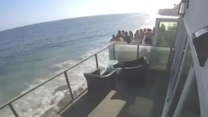 Video: el momento exacto en el que un balcón lleno de gente cayó al mar desde 5 metros de altura