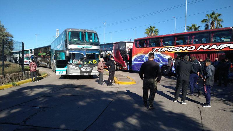 Empresas de turismo bloquearon la Terminal en protesta por las nuevas restricciones y exigieron igualdad con las compañías de línea