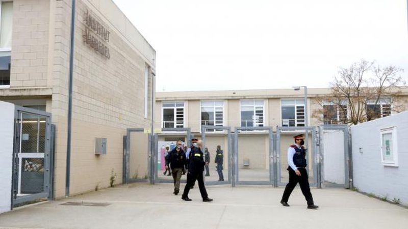 Apuñaló a su profesora en el cuello y la policía lo detuvo en el patio del colegio